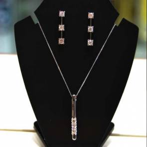 18ct Gold Diamond Pendant & Earring Set